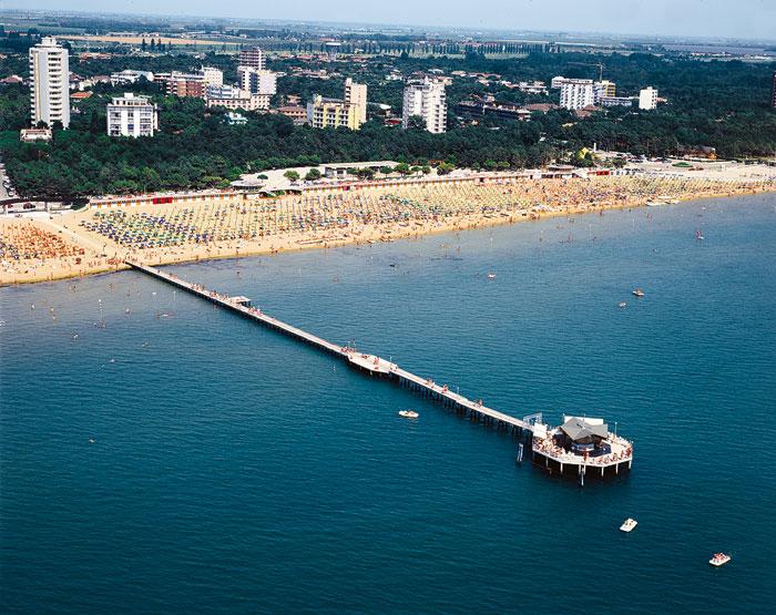 pontile sul mare e spiaggia